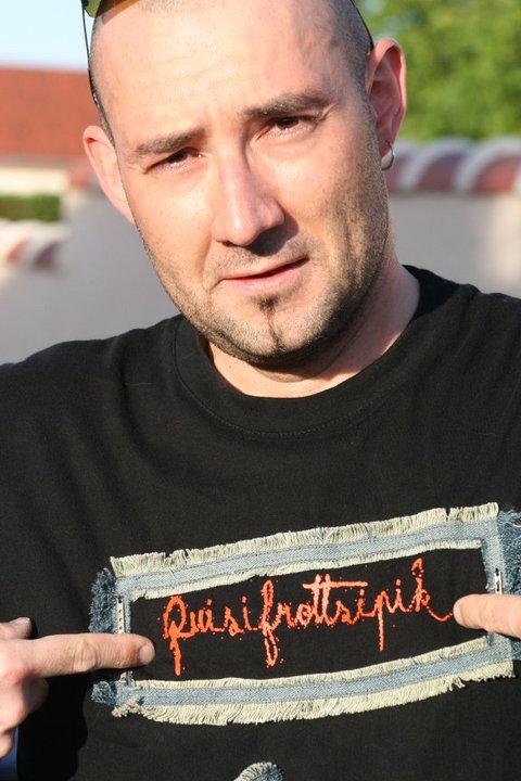 le Batteur Nicolas Saulnier & son T-Shirt customisé Quisifrottsipik Pièce Unique