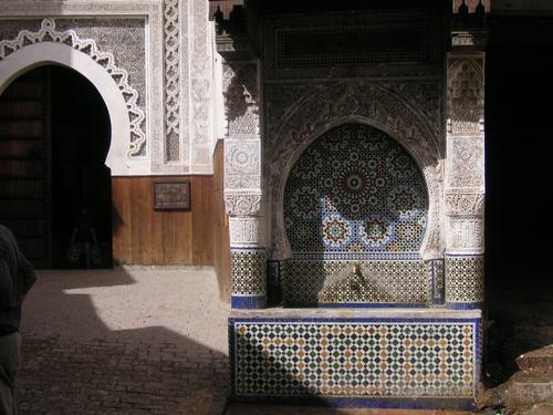 Une fontaine, au coeur de la médina, devant le musée Nejjarîn des Arts et Métiers du bois
